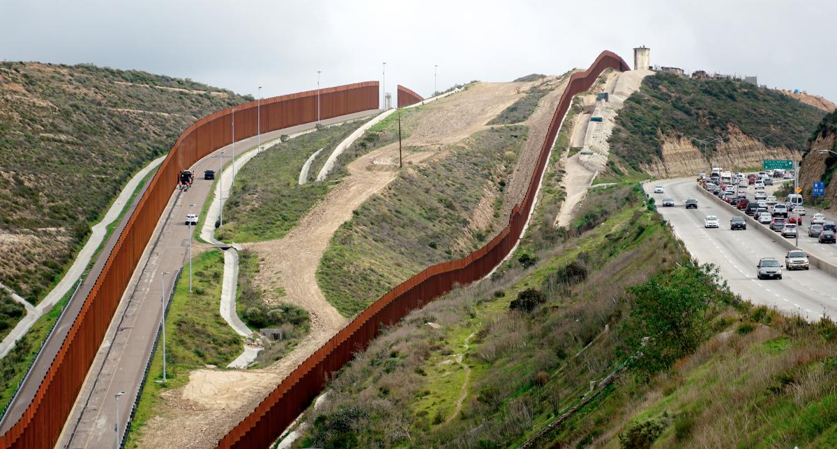 Fotografía del 20 de enero de 2020 donde se observa desde el lado estadounidense parte del muro que separa San Diego (Estados Unidos) de Tijuana (México). EFE
