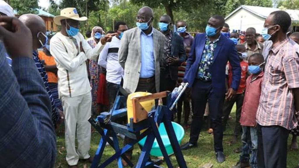 Niño Kenia máquina lavarse las manos 2