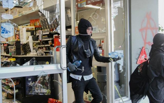 #Video Anarquistas agreden a reporteros y saquean comercios en Paseo de la Reforma - Foto de Notimex