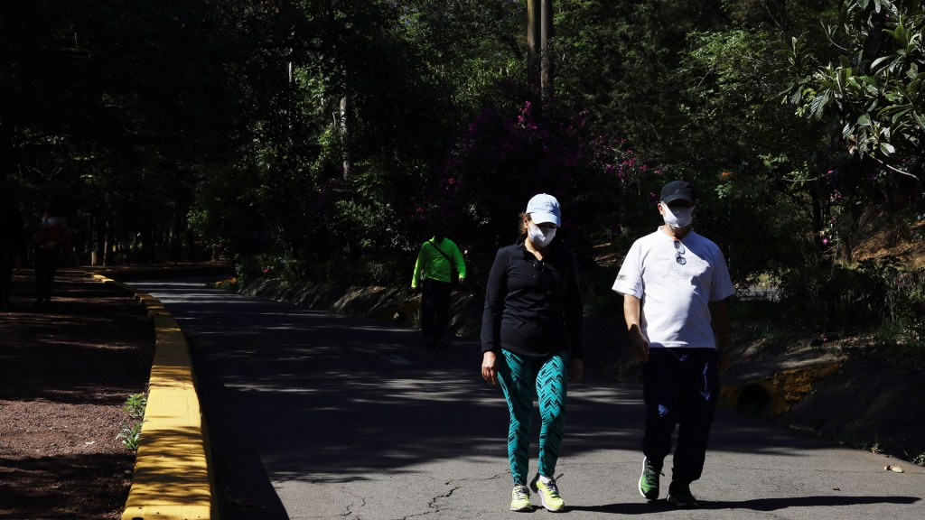 Pandemia será parteaguas para relación del hombre con el planeta - Personas en el Bosque de Tlalpan tras su reapertura. Foto de Notimex