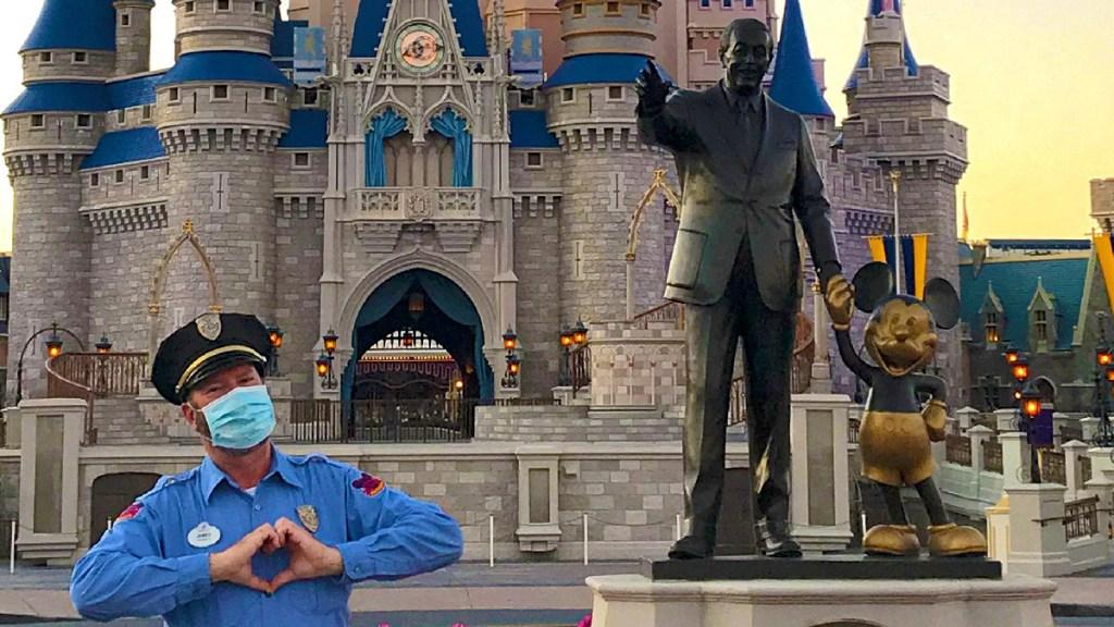 Disney reabrirá parques y resorts de Estados Unidos en julio - Policía con cubrebocas en la entrada de un parque de Disney en Estados Unidos. Foto de @DisneyParksBlog