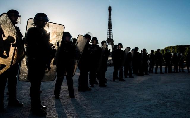 Francia prohíbe estrangulamiento como técnica de detención policial - policía Francia