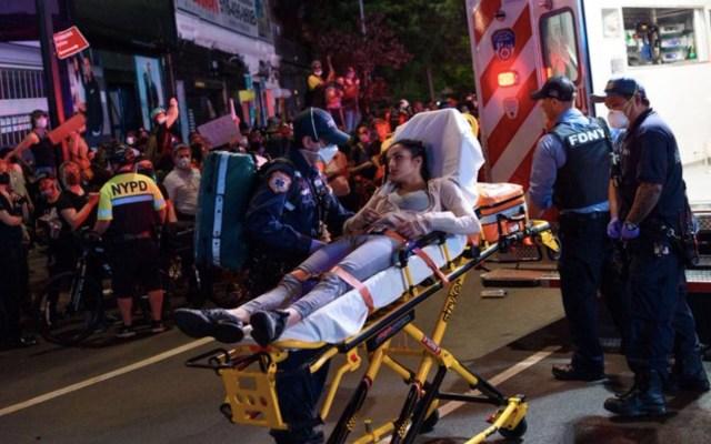 Policía de Nueva York acusado de empujar a mujer durante protestas se entrega - Foto de New York Daily News