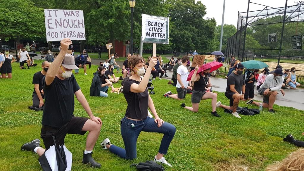Los rostros y voces de las protestas en Estados Unidos - Fotografía del 5 de junio que muestra a Robert mientras protesta en un parque de Nueva York, por la muerte de George Floyd. Foto de EFE