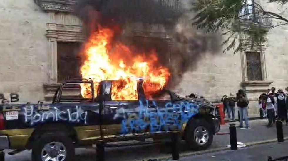 #Video Protestan en Guadalajara, Jalisco, por muerte de Giovanni López - Quema de patrulla durante una protesta por la muerte de Giovanni López. Foto de Notimex