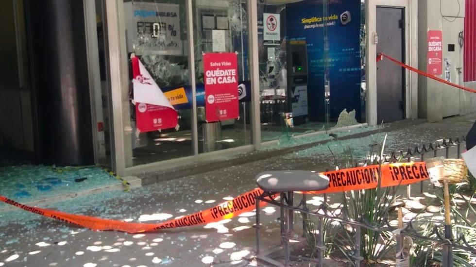 #Fotos Encapuchados vandalizan y agreden impunemente en Reforma - Sucursal bancaria vandalizada sobre Paseo de la Reforma
