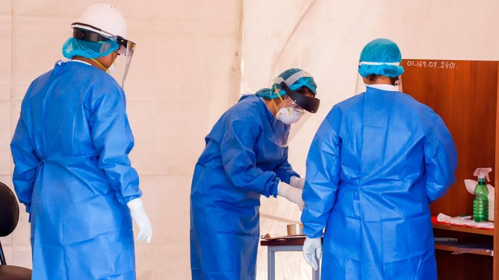Se disparan casos de COVID-19 en Paraguay; suman 231 positivos en un día - Una profesional de la salud guarda las muestras de una persona con síntomas de contagio COVID-19 en Asunción (Paraguay)