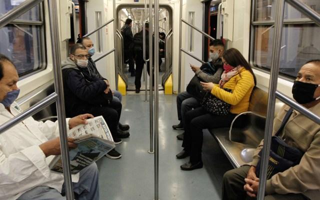 Presentan tres reglas para disminuir contagios de COVID-19 en la Ciudad de México - Usuarios del Metro de la CDMX usan cubrebocas. Foto de Notimex