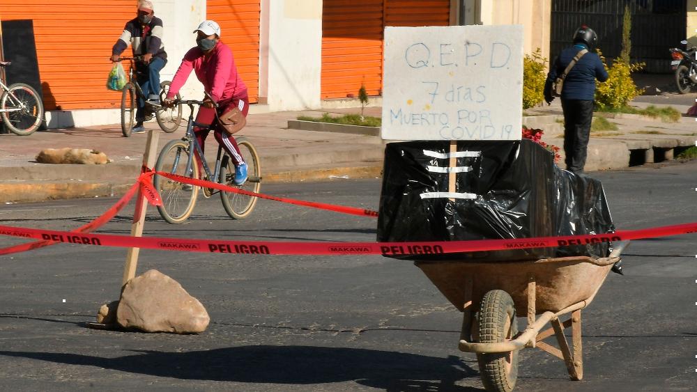 Un ataúd en la calle, el drama en Bolivia por la saturación de un cementerio - Un ataúd con un fallecido por coronavirus fue colocado en plena calle como protesta por no poder enterrarlo o incinerarlo, este sábado en Cochabamba, Bolivia. Foto de EFE