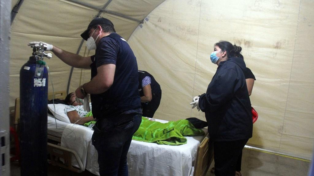 La pandemia desborda a Latinoamérica y colapsa sus frágiles sistemas de salud - Atención básica de persona enferma de COVID-19 en Bolivia. Foto de EFE