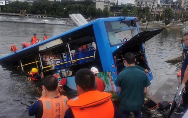 Al menos 21 muertos al caer un autobús con estudiantes a un embalse en China - Labores de rescate en el autobús. Foto de Guizhou Daily.