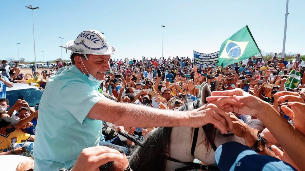 #Video Bolsonaro reaparece en público saludando de mano tras superar el COVID-19 - Foto de Presidencia de Brasil