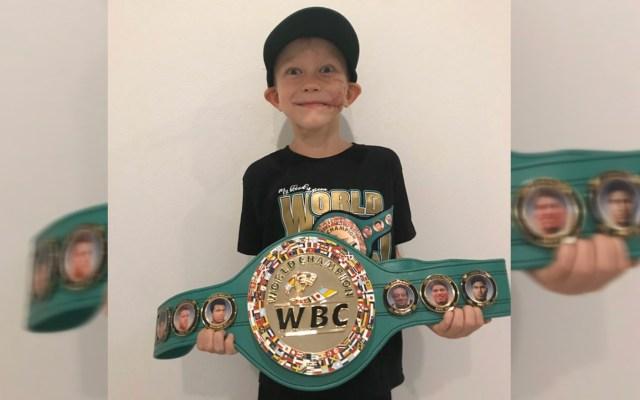 Consejo Mundial de Boxeo reconoce a niño que salvó a su hermana de ataque de perro - Bridger Walker con cinturón de campeón honorario del Consejo Mundial de Boxeo. Foto de @WBCBoxing