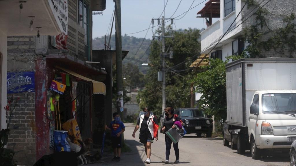De mantenerse aumento de ocupación hospitalaria, Ciudad de México regresará a Semáforo Rojo - Vecinos de San José Zacatepec, Xochimilco, realizan sus labores cotidianas el pasado 21 de julio, en Ciudad de México. Foto de EFE/Sáshenka Gutiérrez.