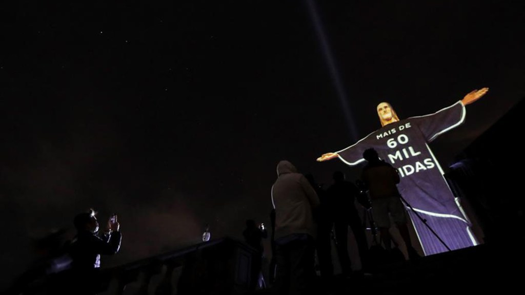 Cristo Redentor rinde homenaje a víctimas de COVID-19 en Brasil - Cristo Redentor de Río de Janeiro proyecta homenaje a víctimas del COVID-19. Foto de EFE
