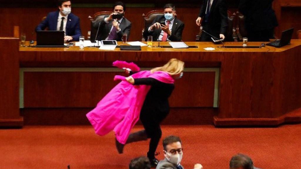 #Video Diputada corre al estilo Naruto para celebrar aprobación de reforma - Diputada chilena corre como Naruto tras aprobación de reforma. Foto de Pablo Ovalle / Agenciauno