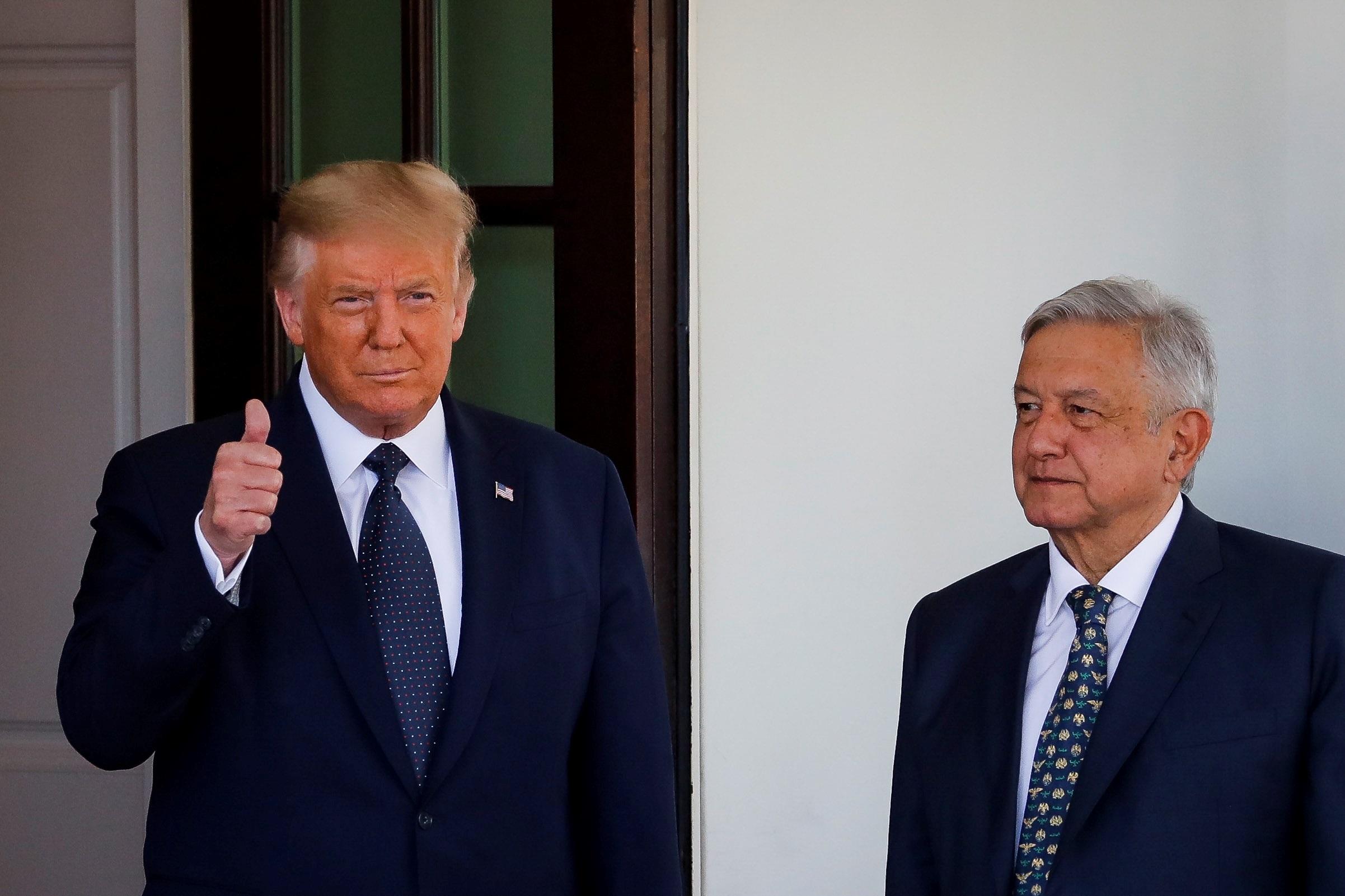 Donald Trump dando la bienvenida a López Obrador. Foto de EFE/EPA/Al Drago / POOL
