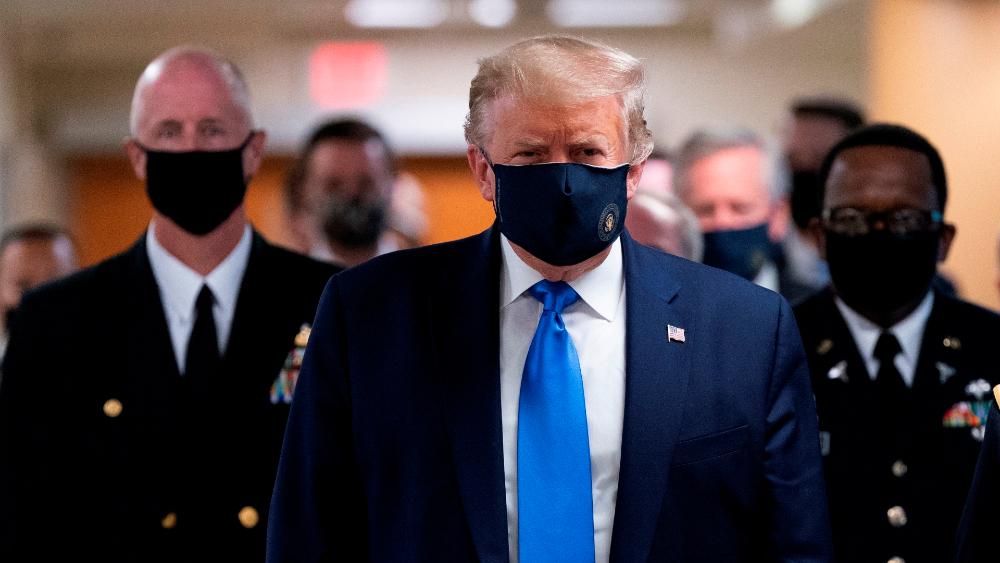Trump usa cubrebocas en público... ¡por primera vez!