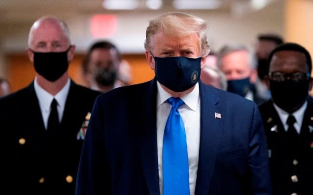 Trump usa cubrebocas en su visita a un centro médico militar - Foto de EFE