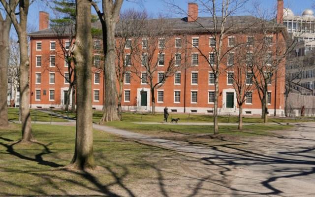 Trump califica de 'ridícula' la decisión de Harvard de impartir clases en línea - Edificio de la Universidad de Harvard. Foto de Harvard
