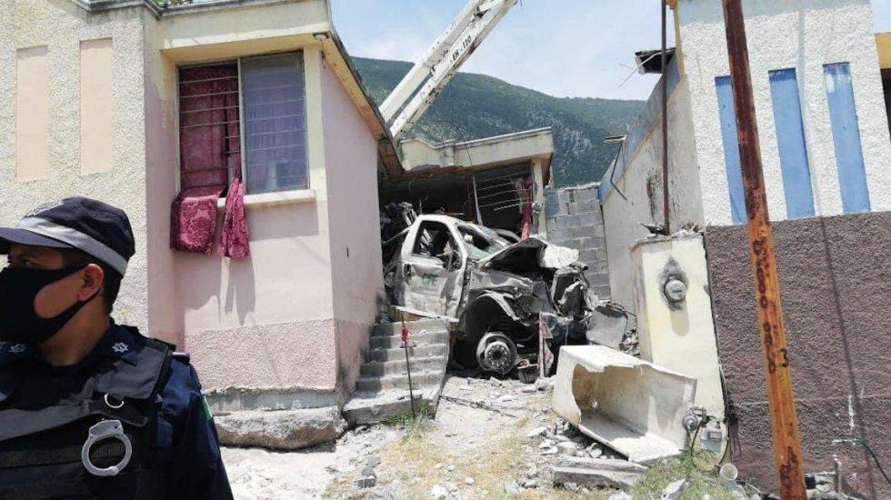 Mueren dos personas tras choque de camión de CFE contra casa en Escobedo, Nuevo León - El camión de CFE impactó contra una casa en Escobedo, Nuevo León. Foto Especial.–
