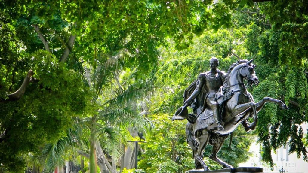 El chavismo y la oposición olvidan la crisis para recordar a Simón Bolívar - Estatua de Simón Bolívar en Plaza Bolívar de Caracas, Venezuela. Foto de Google Maps / Walter Martin Prado Silva