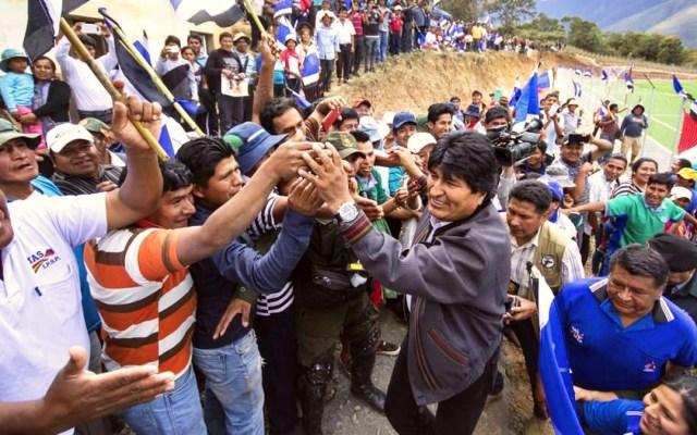 Partido MAS y cocaleros denuncian persecución política contra Evo Morales - Evo Morales con simpatizantes en Bolivia. Foto de @evoespueblo
