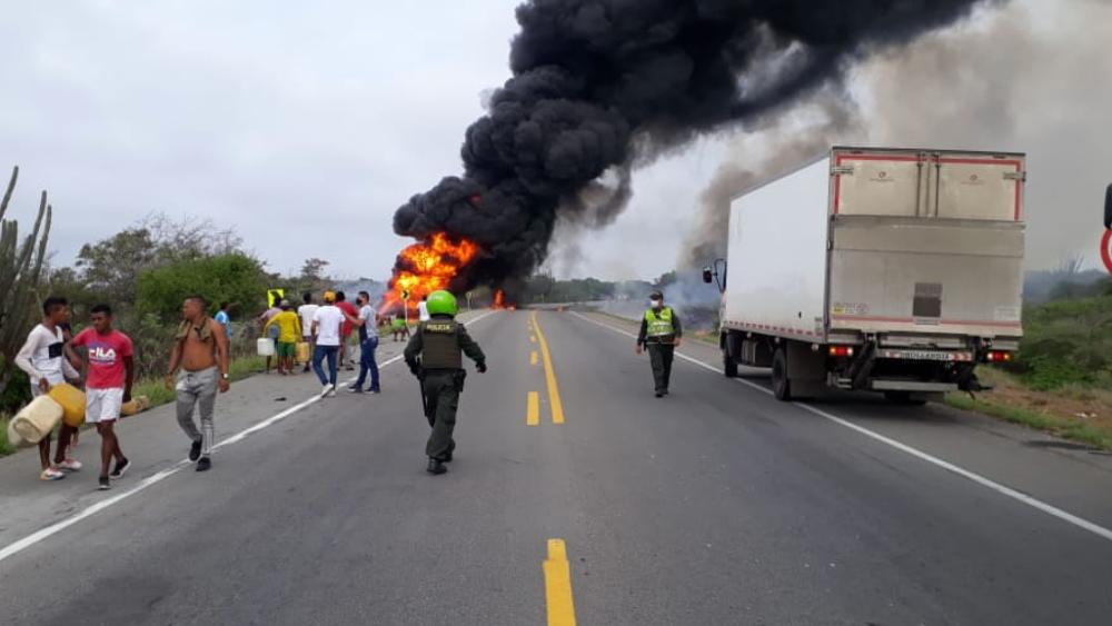 Al menos siete muertos al incendiarse camión cisterna en Colombia - Foto de @JoseGranadosF