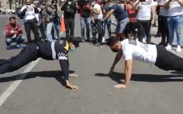 #Video Policía de Tránsito enfrenta a ciudadano en duelo de lagartijas