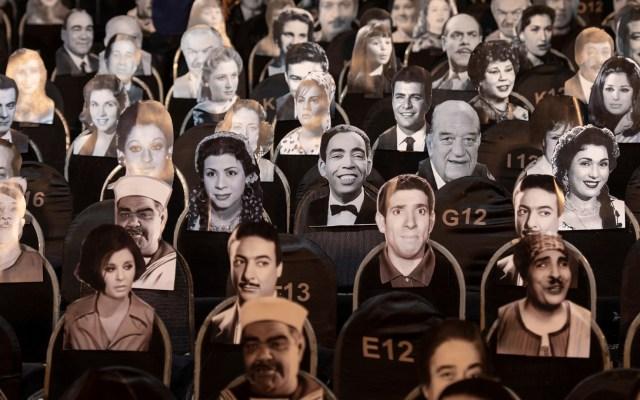 Fotografías asisten a función de marionetas en Egipto - El El-Sawy Culture Wheel de El Cairo, Egipto, reabrió sus puertas con fotografías como público debido a la pandemia de COVID-19.Imágenes de cantantes y actores egipcios de antaño disfrutaron de una función del teatro de marionetas. Foto de EFE