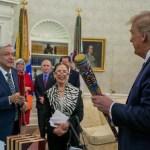 López Obrador y Trump intercambian bates de beisbol