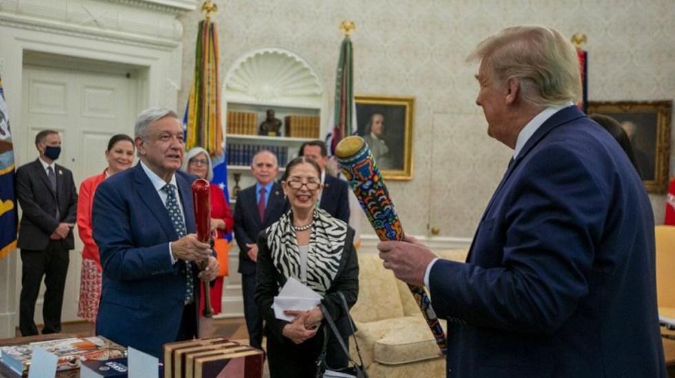 López Obrador y Trump intercambian bates de beisbol - Intercambio de bates entre AMLO y Trump. Foto de @m_ebrard