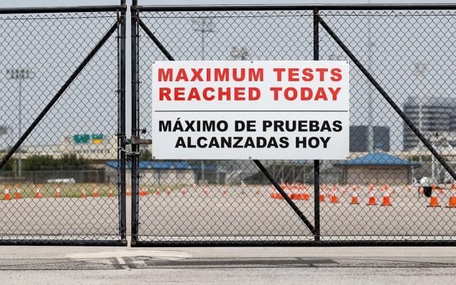 Estados Unidos supera los 60 mil casos de COVID-19 en un día - Letrero que anuncia que ya no se aplicarán más pruebas de COVID-19 en el estadio Delmar de Houston, Texas. Foto de EFE