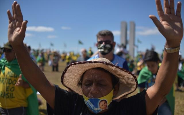 Evangélicos marchan en Brasilia por la salud del presidente Bolsonaro - Simpatizantes del presidente Jair Bolsonaro se manifiestan en su apoyo y en solidaridad luego de que el mandatario diera positivo a COVID-19. Foto de EFE