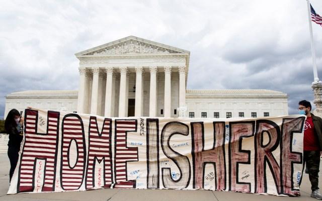 Juez ordena al Gobierno de Trump que restaure DACA en su totalidad - Manifestación a favor de los 'dreamers' frente al Tribunal Supremo de EE.UU. Foto de EFE