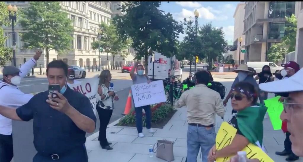 #Video Manifestantes acosan a reportera de Grupo Fórmula afuera de la Casa Blanca - Manifestantes afuera de la Casa Blanca