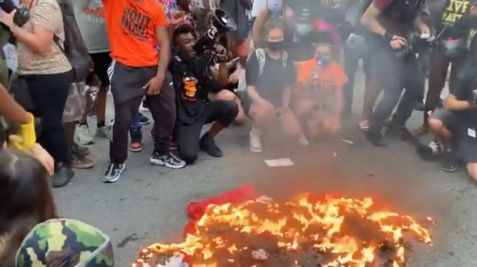 Queman banderas y derriban estatua de Colón en protestas de EE.UU. - Manifestantes queman bandera de Estados Unidos frente a la Casa Blanca. Captura de pantalla / @Julio_Rosas11