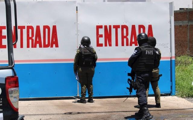 Sexenio de López Obrador suma 57 mil 102 homicidios dolosos - Foto de Archivo que muestra a miembros de la Guardia Nacional y policía estatal en un Verificentro en Celaya, Guanajuato. Foto de EFE/ Str.
