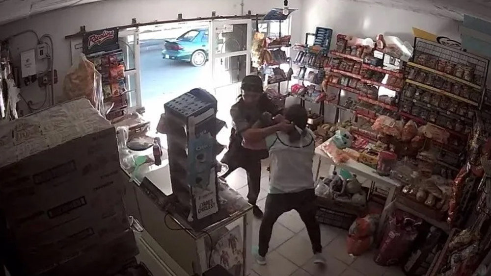 #Video Mujer enfrenta a ladrón armado y frustra asalto en tienda - Mujer forcejea con ladrón en tienda de Celaya. Captura de pantalla