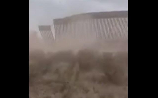 #Video Tormenta Hanna derriba parte del muro fronterizo entre Texas y Tamaulipas - Un video que circula en redes sociales muestra cómo parte del muro fronterizo entre Texas y Tamaulipas se desploma ante el paso de la tormenta Hanna. Captura de pantalla