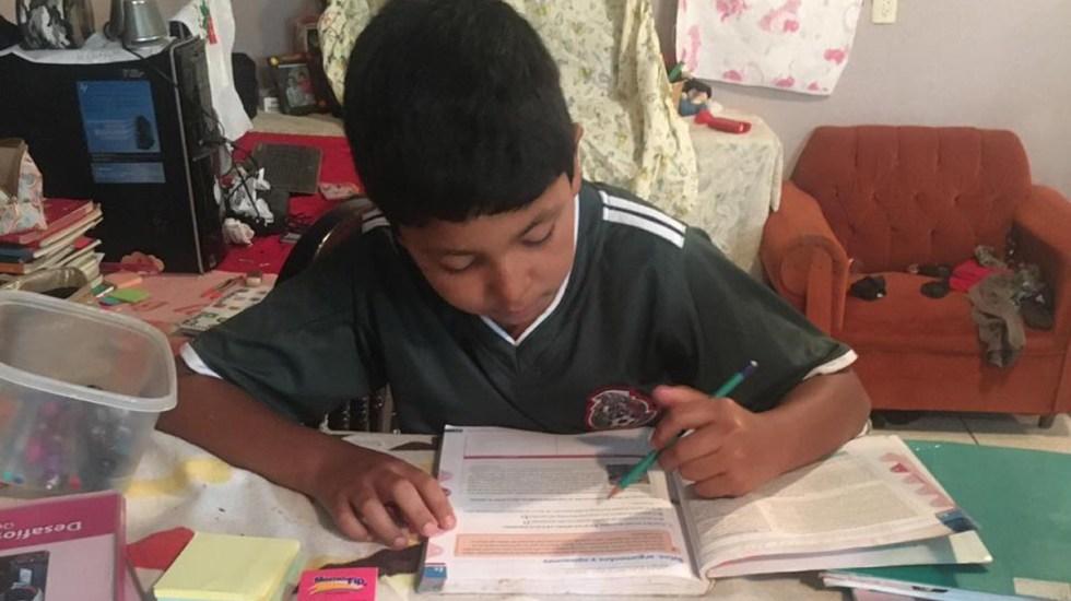 """""""Tengan fe y fuerza"""", el mensaje de la SEP a alumnos por regreso a clases a distancia - Niño estudiando desde su casa en Jiquilpan, Michoacán. Foto de @SE_Michoacan"""