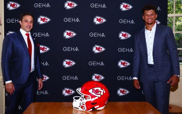 Patrick Mahomes renueva contrato por 10 años con Chiefs - Patrick Mahomes renueva contrato por 10 años con Chiefs