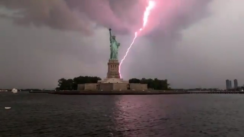 #Video Rayo impacta detrás de la Estatua de la Libertad - Rayo impacta la Estatua de la Libertad. Captura de pantalla / Mikey Cee