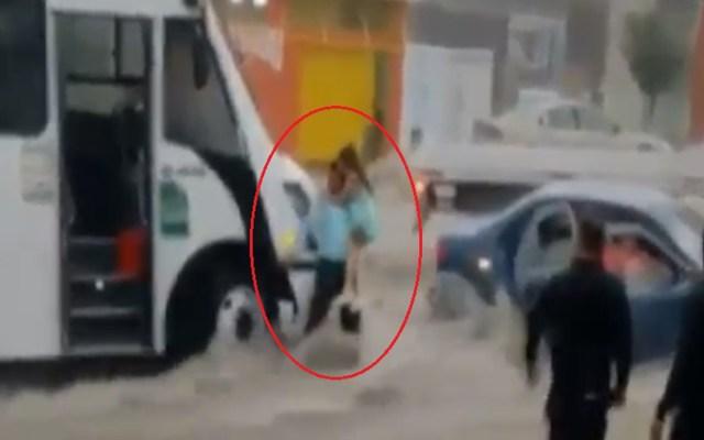 #Video Chofer rescata a niñas pequeñas de inundación en Saltillo - Rescate de niñas de inundación en Saltillo. Captura de pantalla
