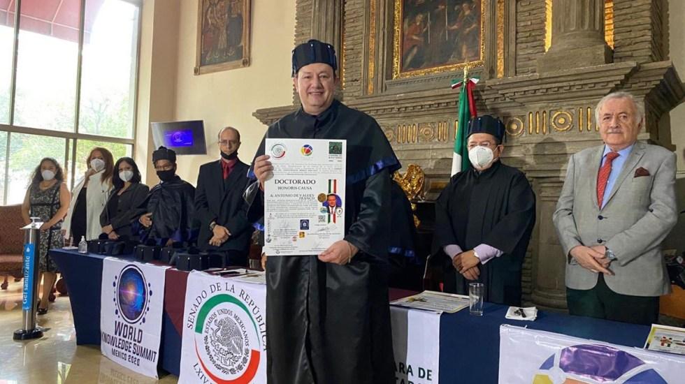 Reconocen a Toño de Valdés con doctorado honoris causa por su trayectoria - Toño de Valdés recibe doctorado honoris causa por su trayectoria. Foto de @adevaldes