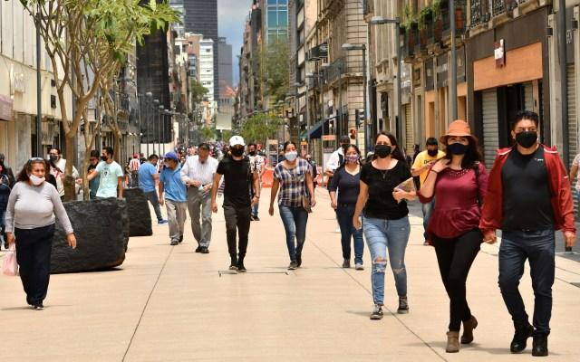 Valle de México permanecerá, la próxima semana, en Semáforo Naranja - Transeúntes en calles del Centro Histórico de la Ciudad de México. Foto de EFE