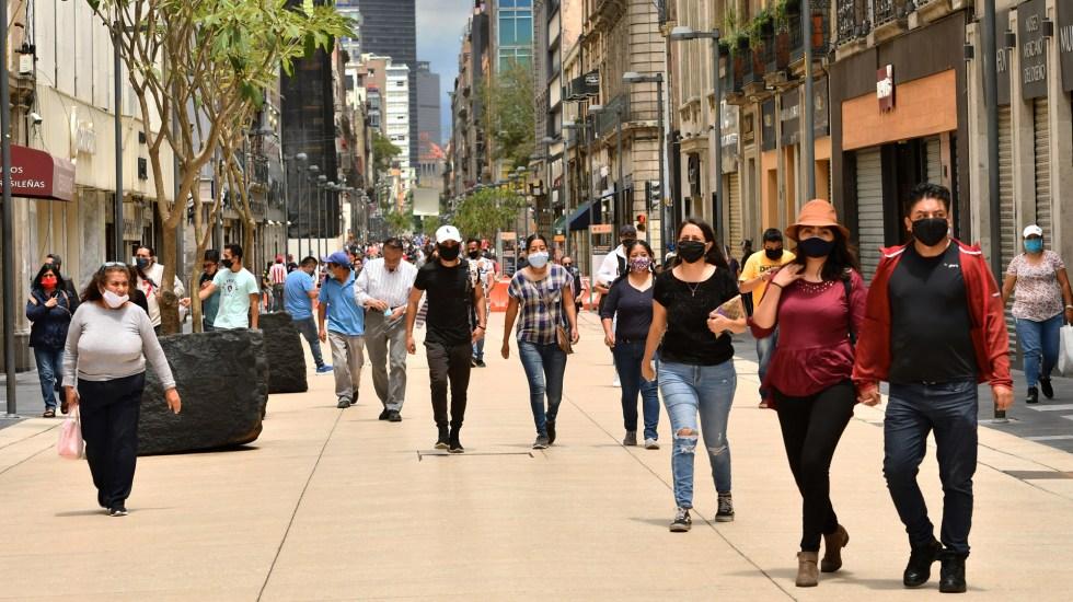 Ciudad de México supera los 100 mil casos de COVID-19 - Transeúntes en calles del Centro Histórico de la Ciudad de México. Foto de EFE