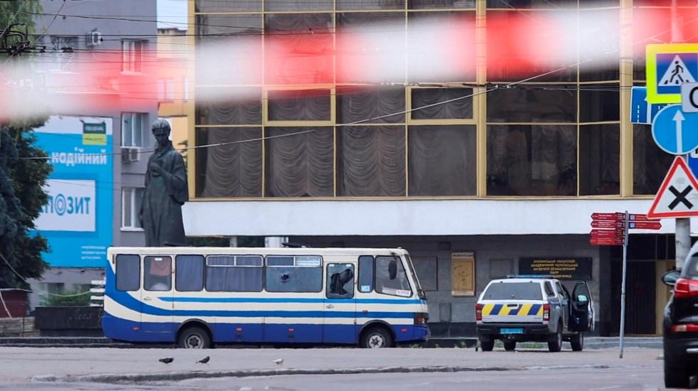 Hombre armado con explosivos secuestra autobús con 20 pasajeros en Ucrania - Foto de EFE