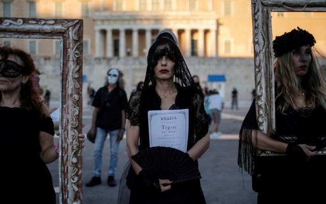 'Viudas' se manifiestan contra nueva ley anti protestas en Atenas - Una maestra personifica a una viuda mientras sostiene una pancarta de anuncio de muerte durante una manifestación contra una nueva ley que pretende regular las protestas en Atenas, Grecia. Foto de EFE