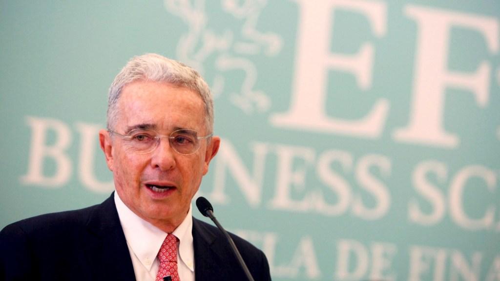 Uribe, entre la guerra con las FARC y el abuso de autoridad - Álvaro Uribe Colombia expresidente